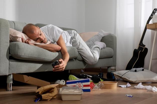 Молодой человек в изоляции дома