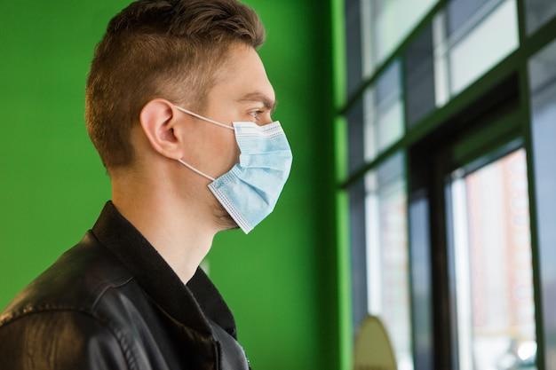 医療マスクの若い男。検疫セキュリティ。お店の男