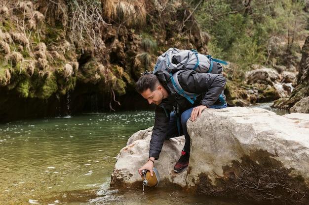 川で自然の中で若い男