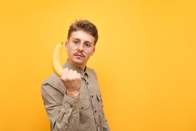 Молодой человек в рубашке и очках изолированные