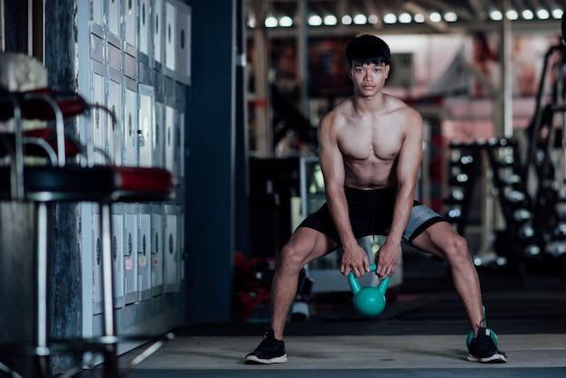 스포츠에서 젊은 남자는 체육관에서 운동 클래스
