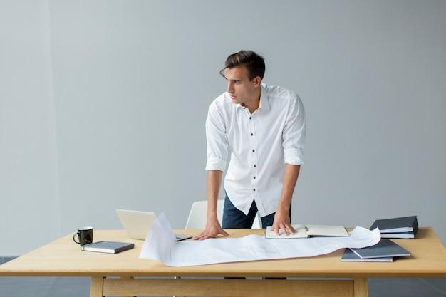 사무실에서 젊은 남자