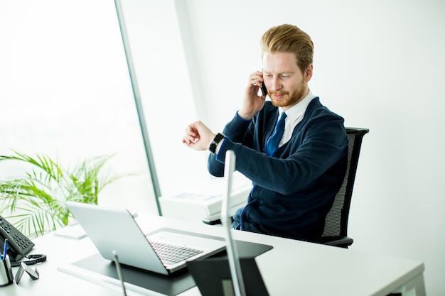 Молодой человек в офисе