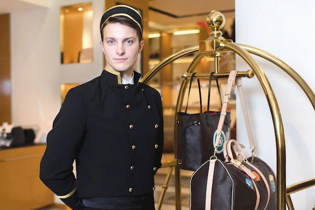 Молодой человек в форме, служащей в гостинице