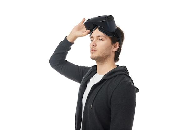 Молодой человек в гарнитуре vr