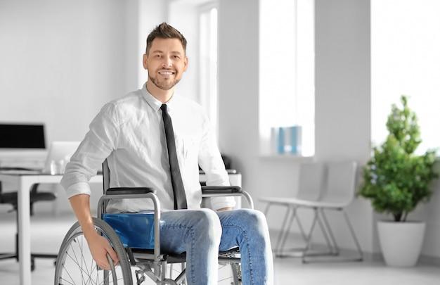 직장에서 휠체어에서 젊은 남자