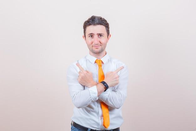 흰 셔츠, 넥타이, 멀리 가리키는 청바지에 젊은 남자