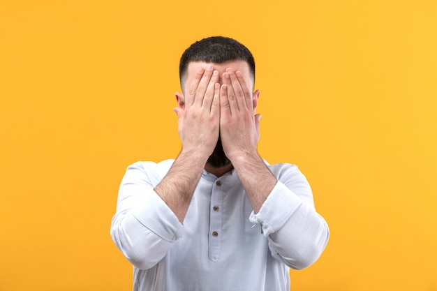 수염을 가진 흰색 셔츠에 젊은 남자 폐허가 dissapointed 표현