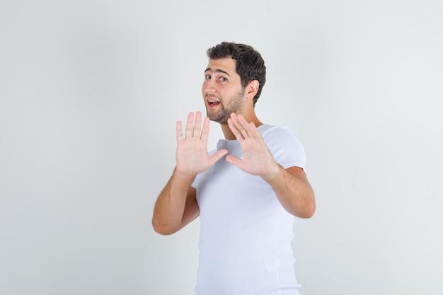「ありがとうが、ない」ジェスチャーを示す白いtシャツの若い男