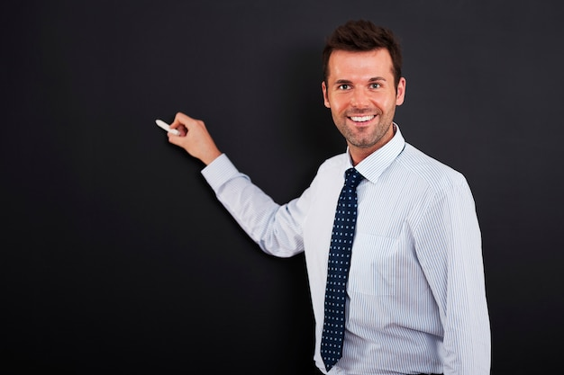 젊은 남자는 비즈니스 전략을 그릴 준비가