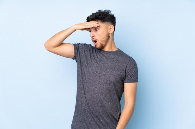 Молодой человек изолирован на синем