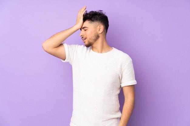 Молодой человек, изолированные на фиолетовый