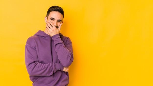 행복하고, 평온한, 자연스러운 감정을 웃고 노란색 bakground에 고립 된 젊은 남자