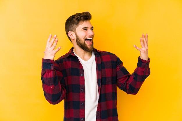 노란색 벽에 고립 된 젊은 남자 즐거운 웃음 많이