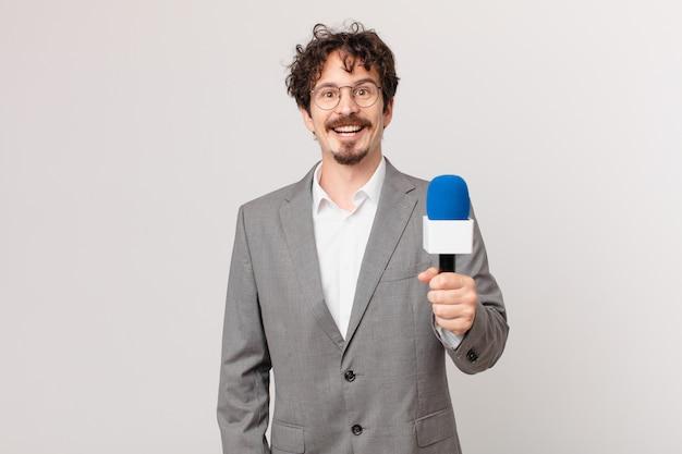 Молодой человек-журналист выглядит счастливым и приятно удивленным