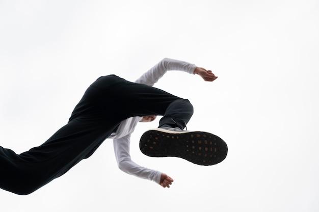 飛び越える若い男