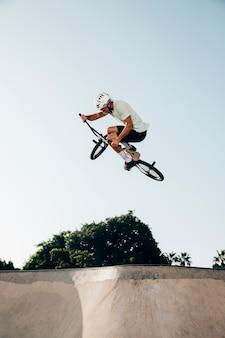 Молодой человек прыгает на велосипеде bmx
