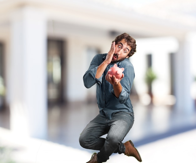 젊은 남자가 점프. 걱정스러운 표현