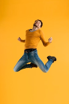 Giovane uomo che salta