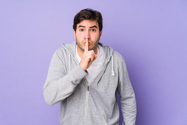 若い男が秘密を守るか、沈黙を求めています。