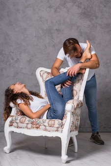 Молодой человек, целующий ноги женщины