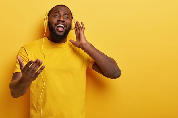 ヘッドフォンで音楽を聴いている若い男