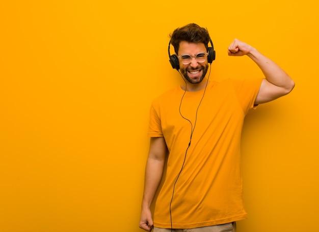 Молодой человек, слушающий музыку, который не сдается