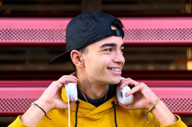 Молодой человек слушает музыку с мобильного