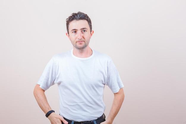 흰색 티셔츠에 멀리보고 우아한 찾고 젊은 남자