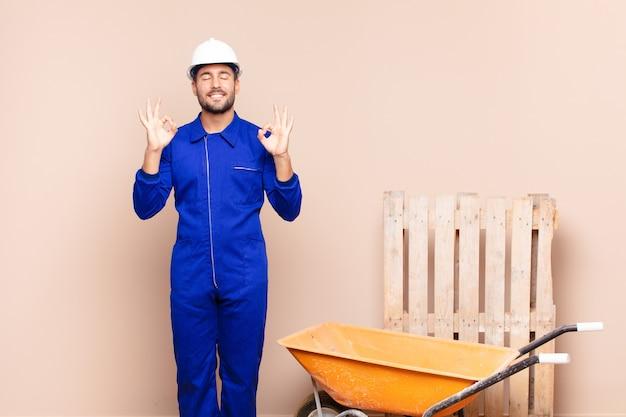 집중하고 명상하는 젊은 남자, 만족스럽고 편안한 느낌, 생각하거나 선택 건설 개념 만들기