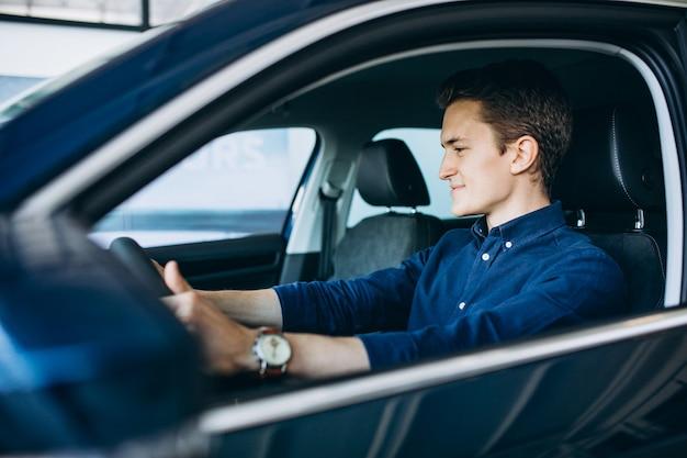 Молодой человек ищет машину в аренду
