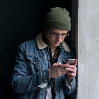 Giovane che esamina il suo telefono