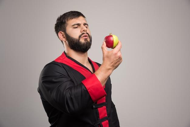 新鮮なリンゴを探している若い男。