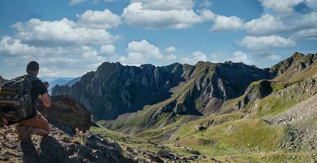 フランスのピレネー山脈のツールマレー峠を見下ろす若い男