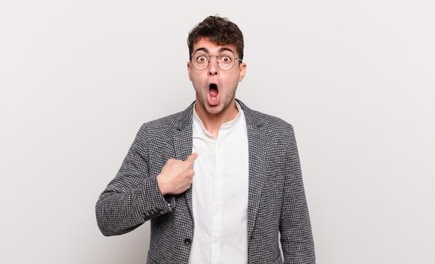 若い男がショックを受け、口を大きく開けて驚いているように見える