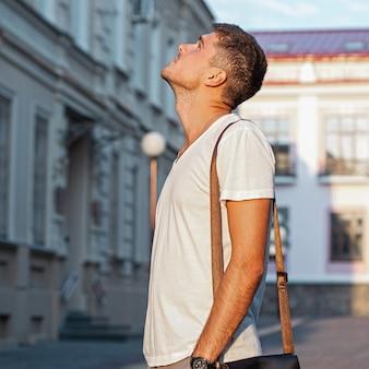 建物を見上げている若い男