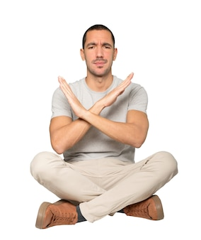 Молодой человек делает жест, чтобы не скрещивать руки