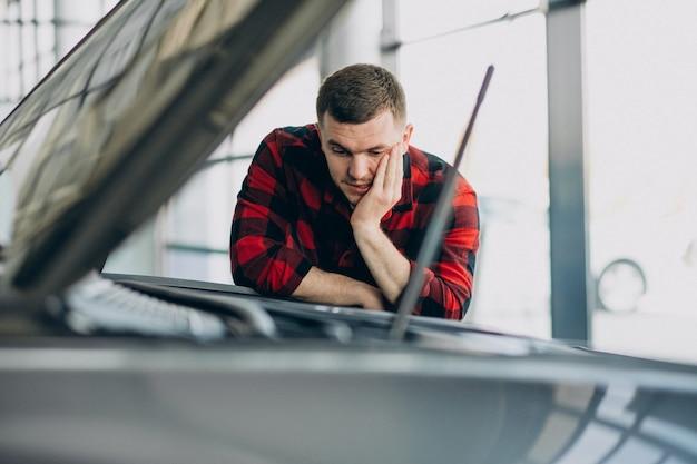 Молодой человек делает диагностику автомобиля