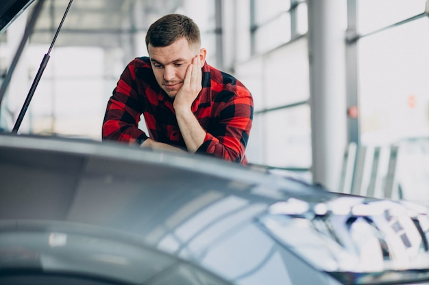 若い男が車の診断を行う