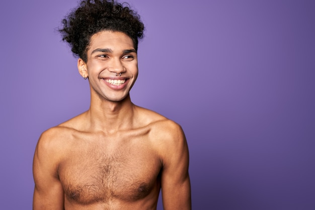 Молодой человек модель позирует и улыбается портрет трансгендера взрослого человека образ жизни привлекательный американский