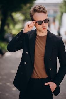 Молодой человек модель позирует на улице