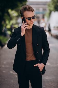 Modello del giovane che per mezzo del telefono