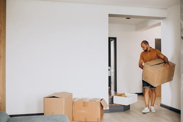 若い男が新しい家に移動