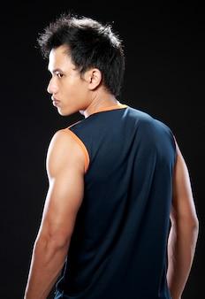 Молодой человек мускулистый