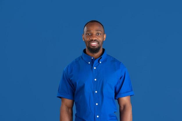 青いスタジオの壁に若い男