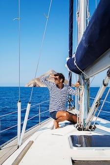 ヨットの上の若者