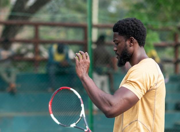 테니스 코트 게임에 젊은 남자