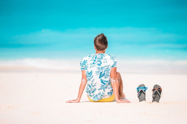 海の景色を眺めながらリラックスできるビーチの若い男