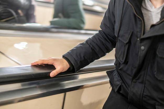Молодой человек на эскалаторе в метро b