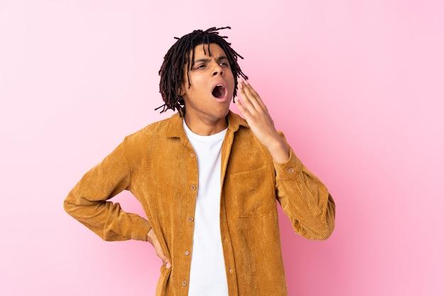 Молодой человек над изолированной розовой стеной